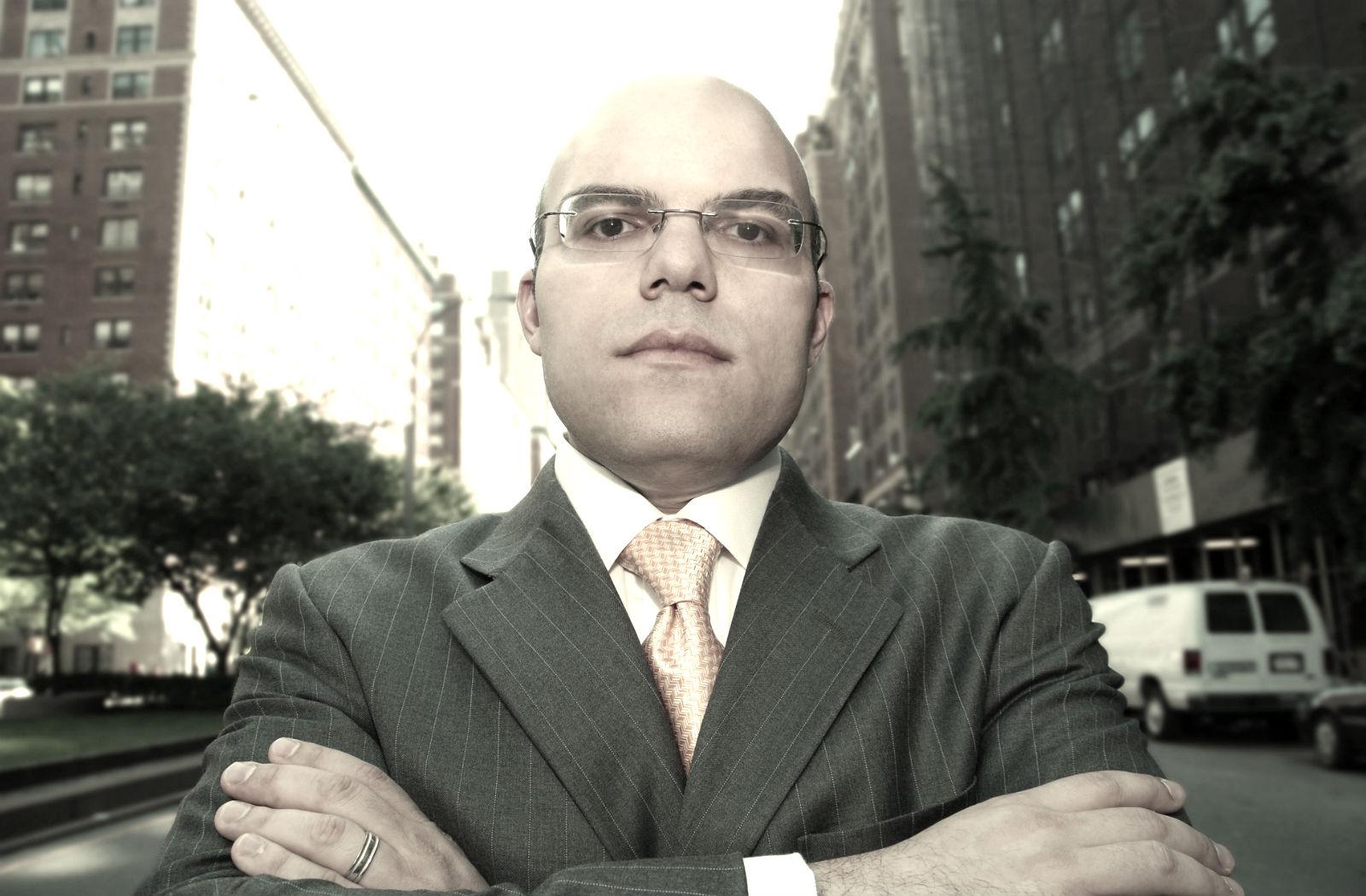 Small business finance expert Mike Periu discusses Cómo sacarles provecho a los programas para empresarios minoritarios en Abasto Magazine